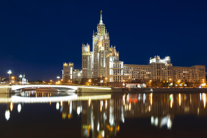 在Kotelnicheskaya堤防的高层建筑物在莫斯科 免版税图库摄影