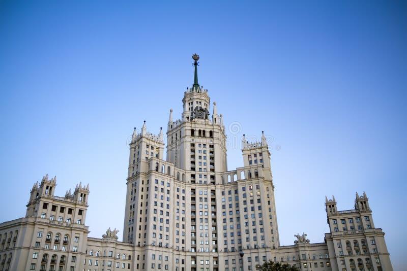 在Kotelnicheskaya堤防,莫斯科,俄罗斯的高层建筑物 免版税库存照片