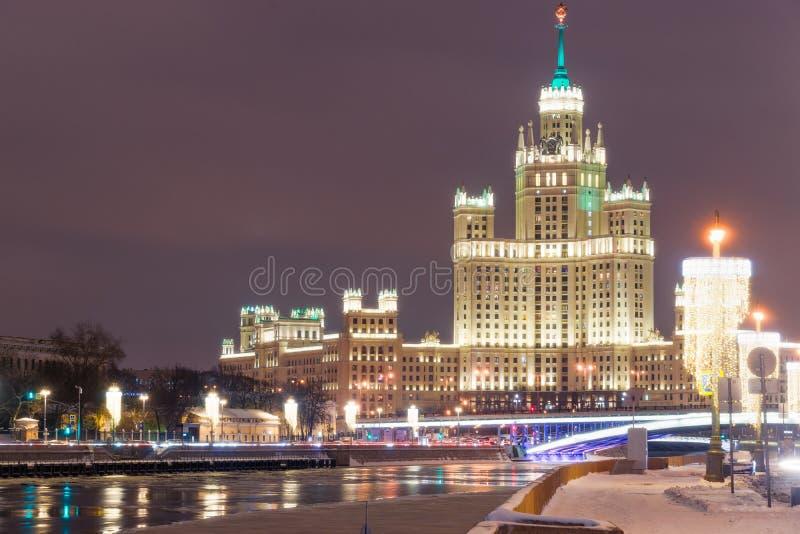 在Kotelnicheskaya em的高层建筑物的晚上视图 库存照片