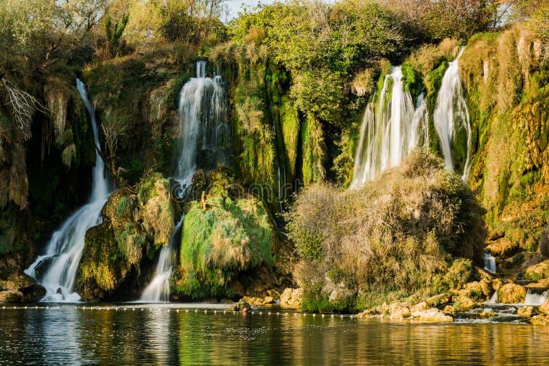 在Kravica瀑布,秋天季节的波斯尼亚的接近的看法 免版税库存图片
