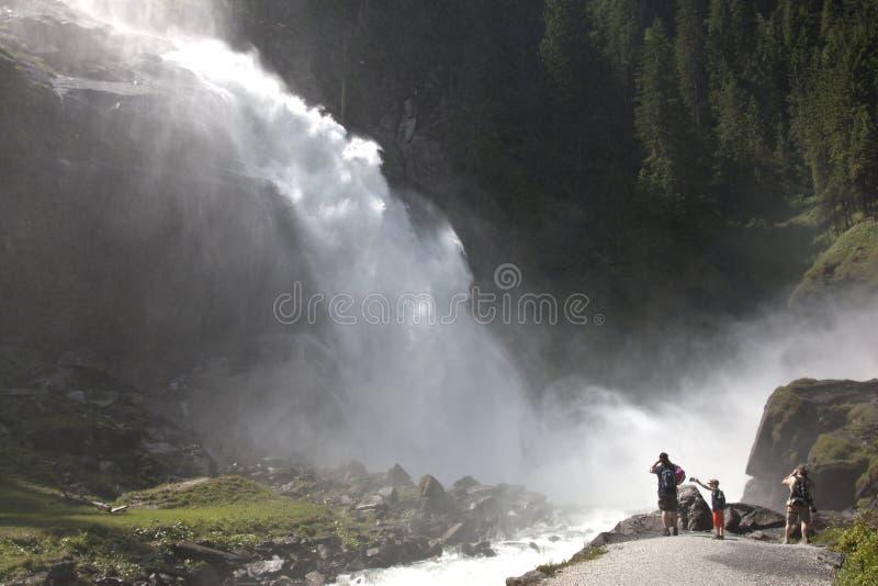 在Krimml瀑布附近的游人在奥地利 免版税库存图片