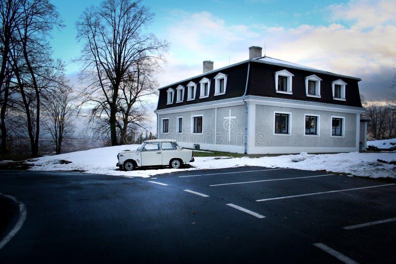 在Krnov (捷克)和老汽车城市的附近小教会 库存照片