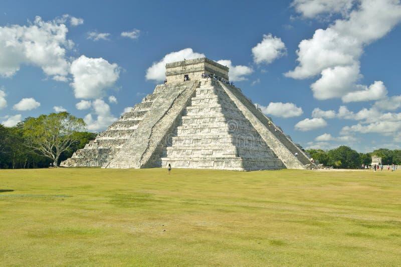 在Kukulkan (亦称El卡斯蒂略)和废墟玛雅金字塔的白色松的云彩在奇琴伊察尤卡坦半岛, Mex的 库存照片