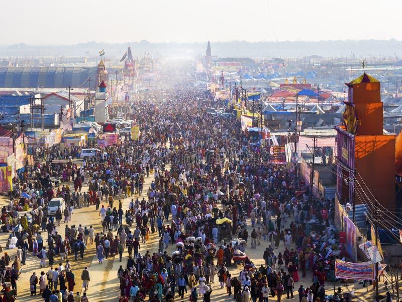 在Kumbh Mela节日的人群在安拉阿巴德,印度 免版税库存照片