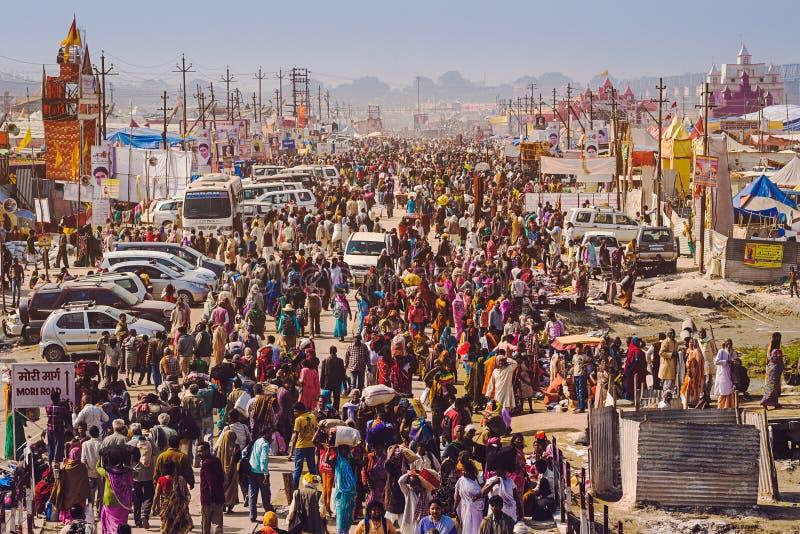 在Kumbh Mela节日的人群在安拉阿巴德,印度 库存照片
