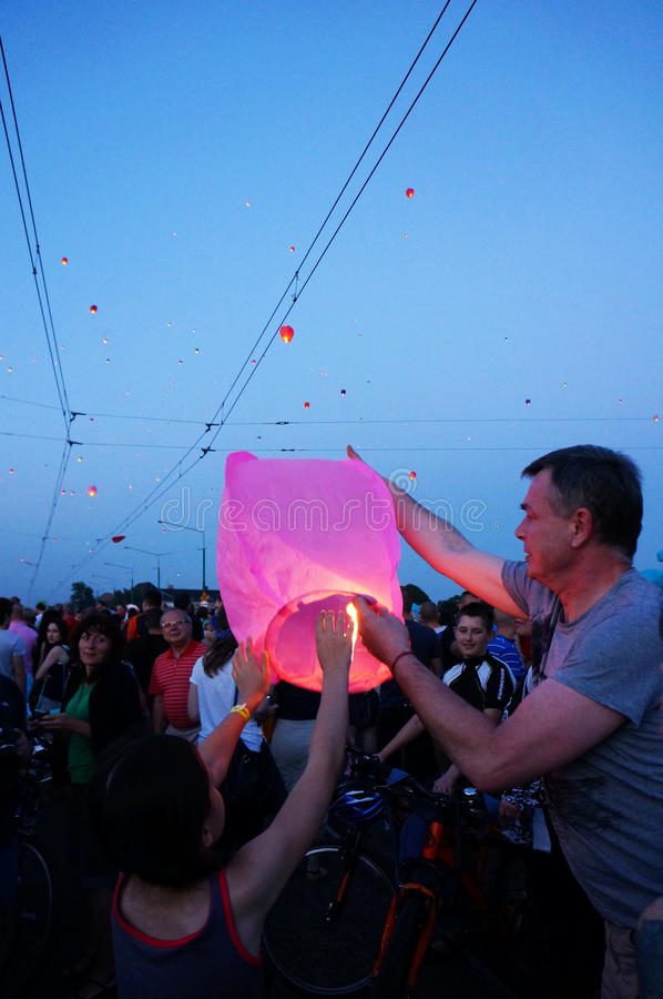 在Kupala夜的人和天空灯笼 免版税库存照片