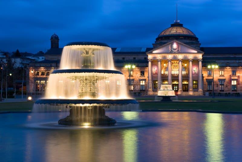 在Kurhaus的双重喷泉在威斯巴登,德国 库存照片
