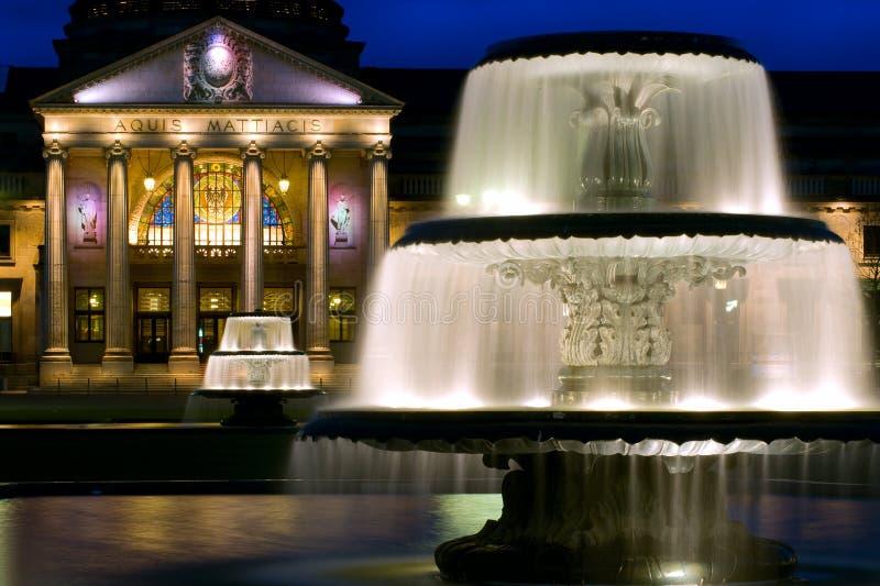 在Kurhaus的双重喷泉在威斯巴登,德国 免版税图库摄影
