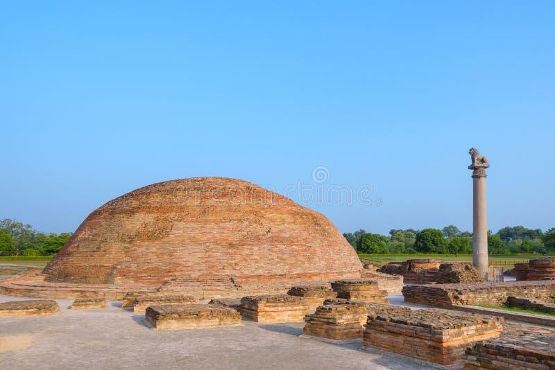 在Kutagarasala Vihara,毗舍离,比哈尔省,印度的阿南德Stupa和Asokan柱子 免版税库存照片