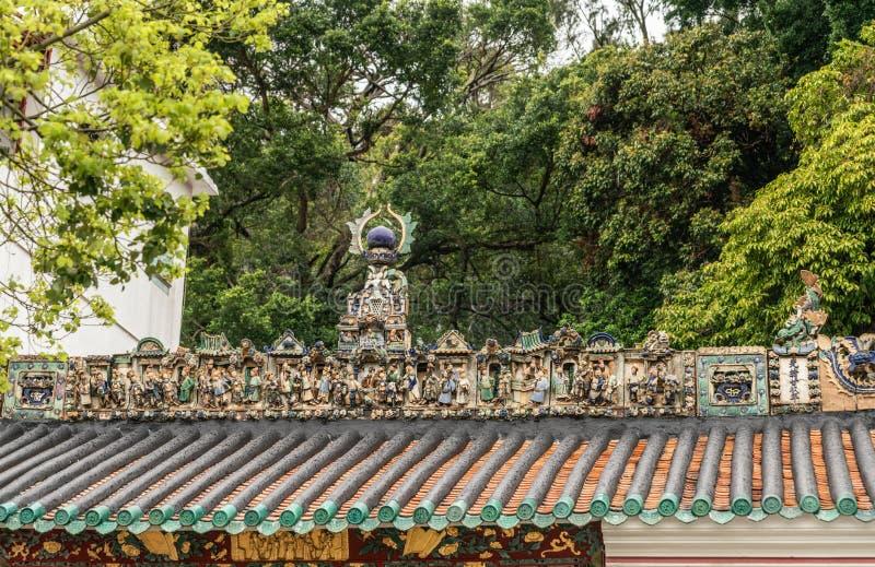 在Kwan Tai道士寺庙屋顶的装饰在大澳,香港中国 库存照片