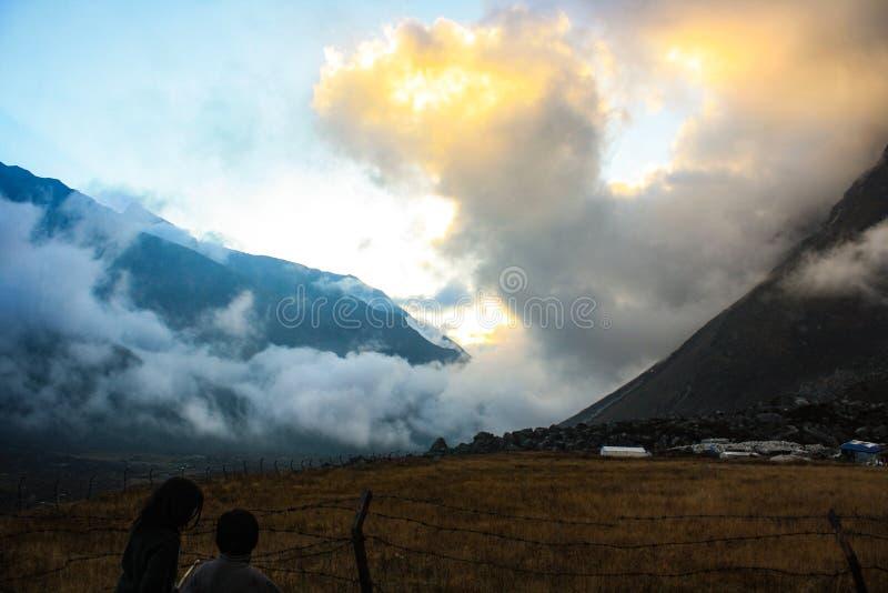 在Kyanjin谷的金黄云彩 免版税图库摄影