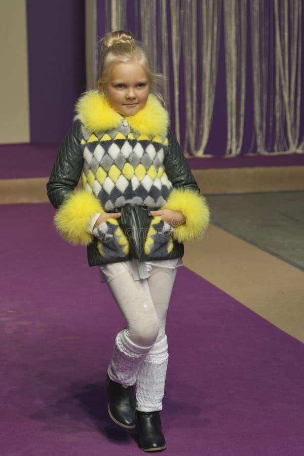 在Kyiv时尚的小女孩模型2014年 免版税库存照片
