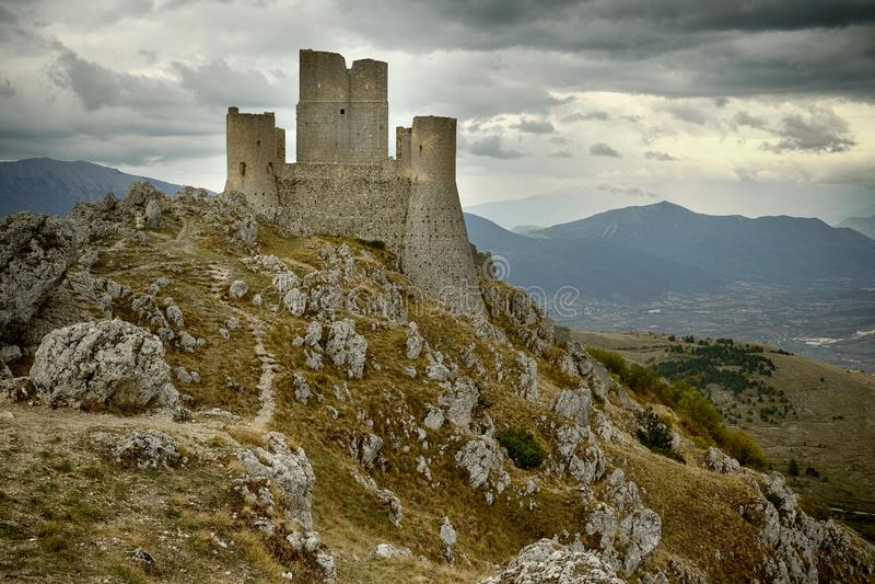 在l `天鹰座,意大利附近的Rocca卡拉肖 库存图片