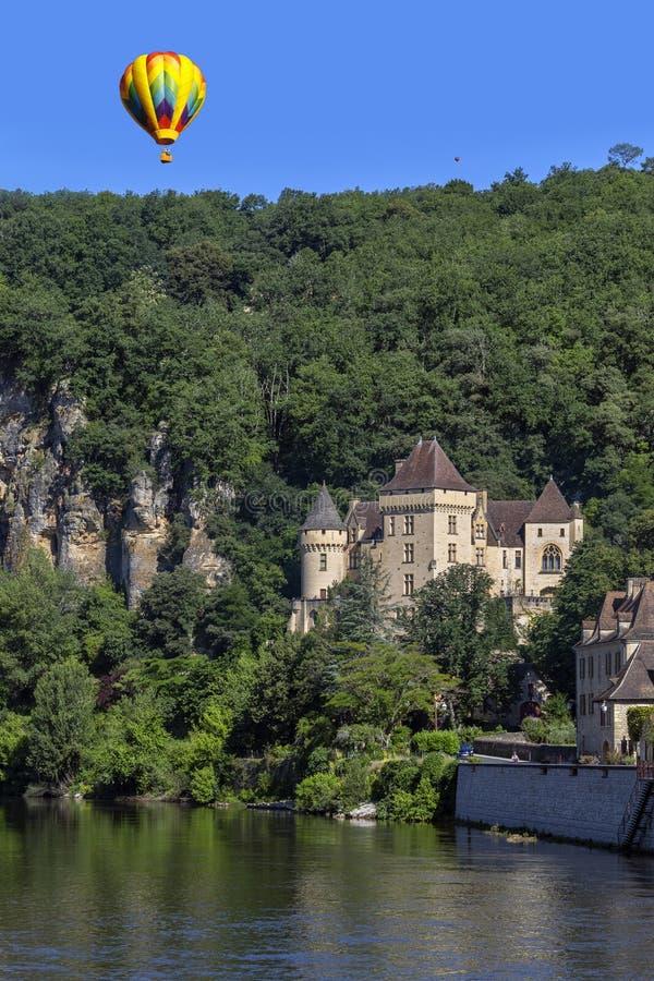 在La上Roque-Gageac -多尔多涅省村庄的热空气气球  库存图片