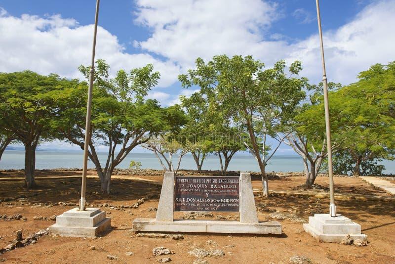 在La伊莎贝拉定居点废墟的纪念匾在普拉塔港,多米尼加共和国 库存照片