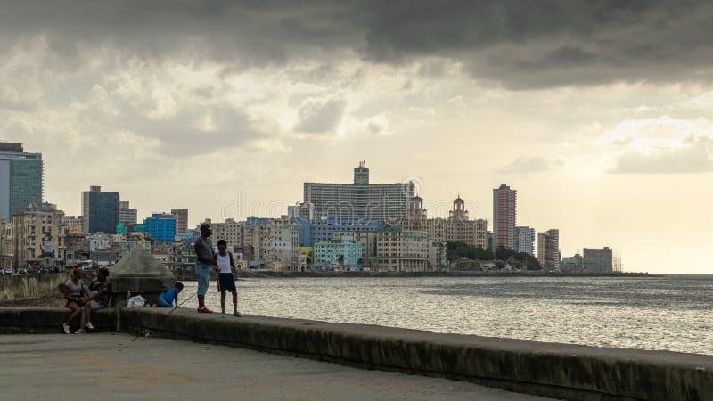 在La哈瓦那古巴码头的父亲和儿子钓鱼  免版税库存图片