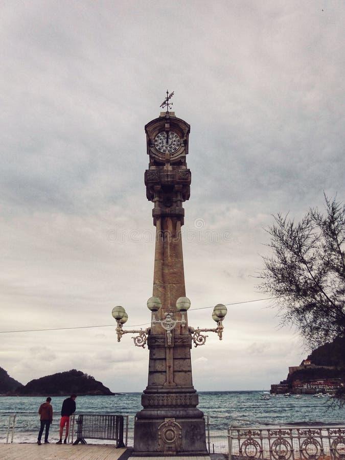 在la外耳海滩的晴雨表塔在Donostia -圣Sebastià ¡ n,西班牙 库存照片