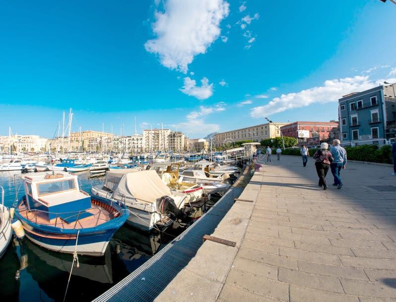 在La Cala港口的小船在巴勒莫,意大利 免版税库存图片