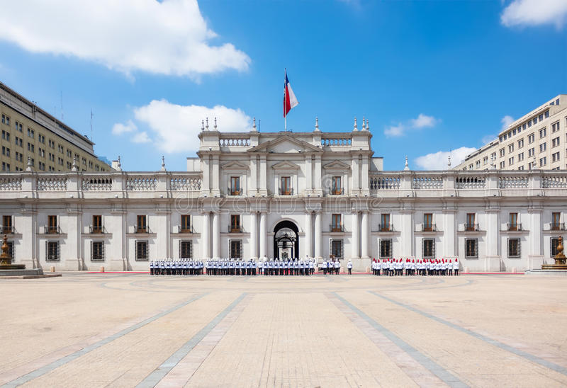 在La Moneda宫殿莫内达宫附近的游行在圣地亚哥 库存图片
