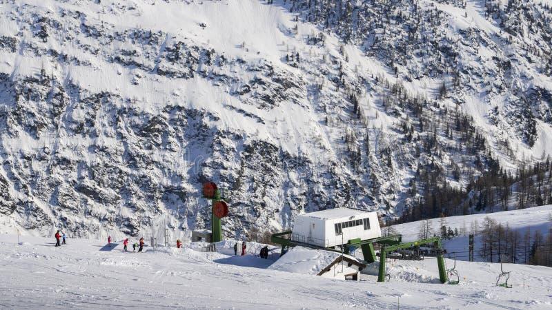 日�yla_la thuile,意大利- 2018年2月18日:在la thile滑雪胜地的驾空滑车在