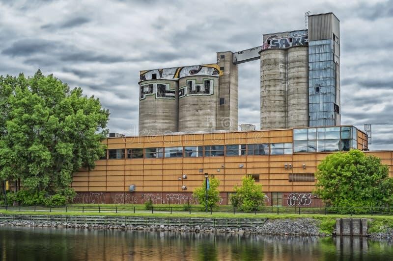 在Lachine运河的筒仓场面 图库摄影