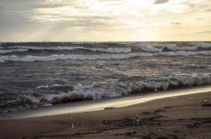 在Ladoga湖海岸的多暴风雨的天气日落的卡累利阿俄罗斯 图库摄影