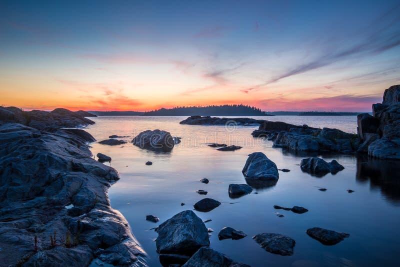 在Ladoga湖的日落石头在卡累利阿,俄罗斯 免版税库存图片