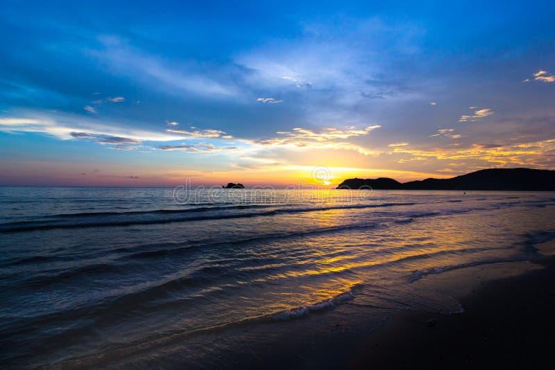 在Laemsing海滩,庄他武里泰国的日落 免版税图库摄影