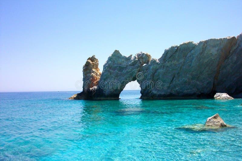 在Lalaria海滩有穴的岩石门的典型的看法在斯基亚索斯岛 图库摄影
