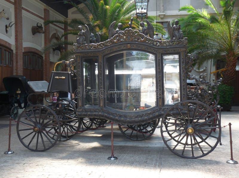 在Lancut宫殿的一辆老优等的葬礼柩车 库存照片