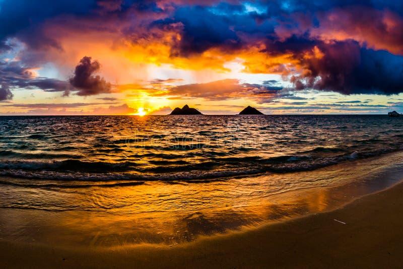 在Lanikai海滩的日出在凯卢阿奥阿胡岛夏威夷 图库摄影
