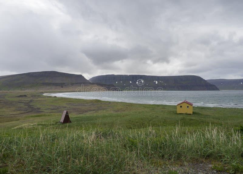在latrar露营地的看法adalvik小海湾的以黄色紧急状态s 免版税库存图片