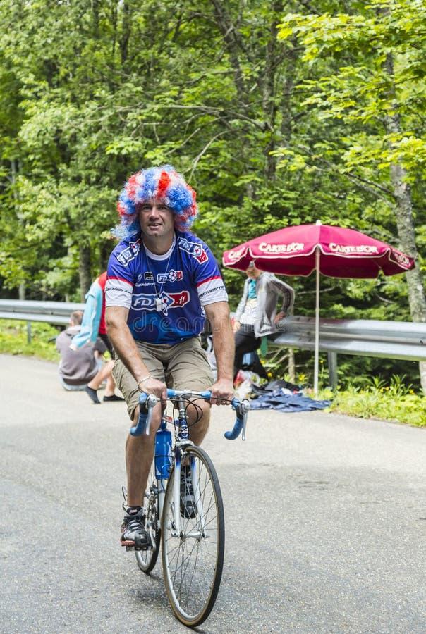 在Le环法自行车赛期间的滑稽的非职业骑自行车者 图库摄影
