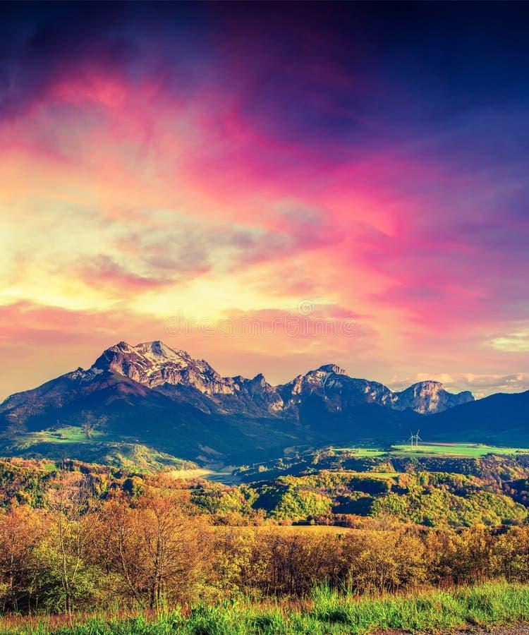 在Le Drac谷的剧烈的春天日落 图库摄影