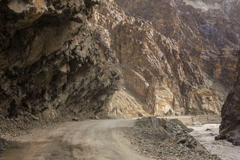 在Leh和Lamayuru之间的危险山路在拉达克 图库摄影