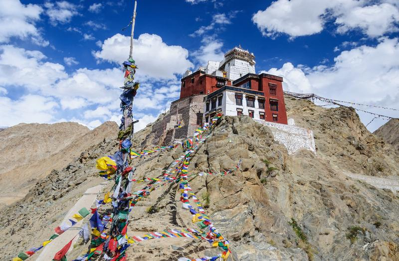 在Leh宫殿,拉达克附近的祷告西藏旗子 免版税库存照片