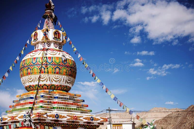 在Leh市和蓝天Leh拉达克,印度的Stupa 库存照片