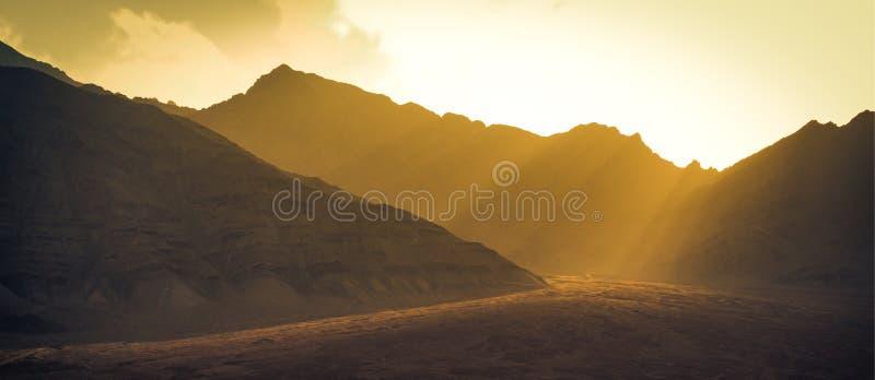 在Leh ladakh的日落前使与阳光的山环境美化 免版税库存照片