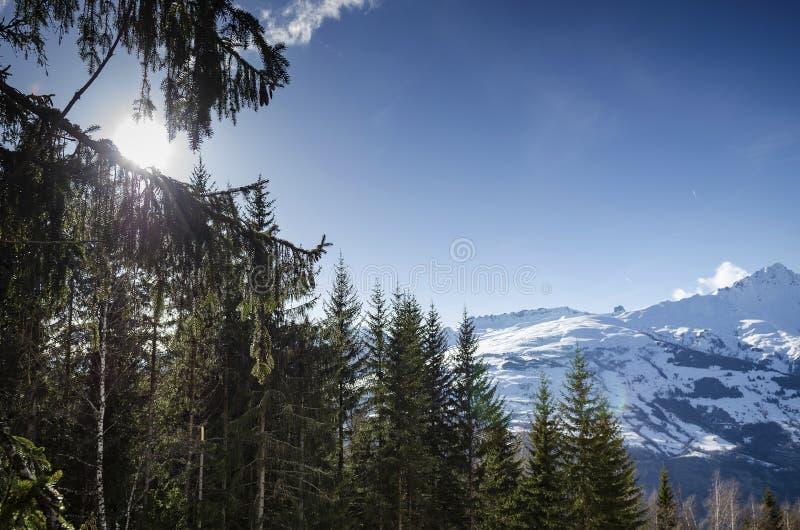 在les的晴朗的法国阿尔卑斯山雪视图形成弧光法国 库存照片
