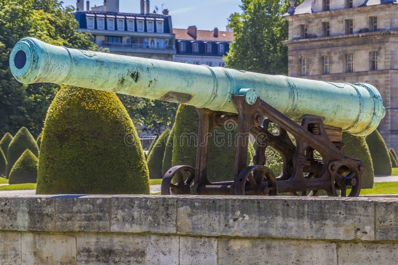 在Les Invalides,巴黎附近的拿破仑似的火炮枪 免版税库存图片