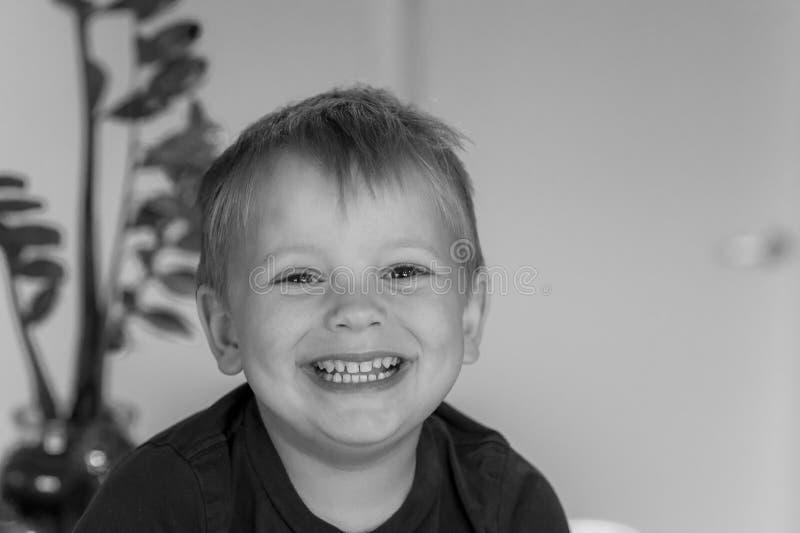 在lifest白种人孩子微笑愉快和激动在家隔绝的白肤金发的美好的3或4岁首肩画象 库存图片