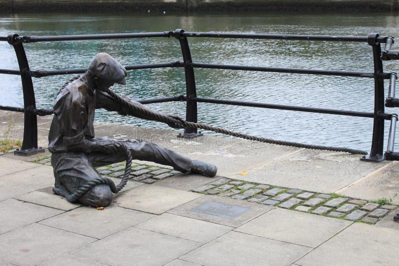 在Liffey河的巡边员雕象在都伯林 库存图片