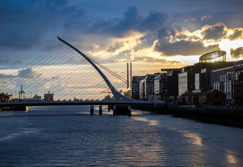 在Liffey河的萨缪尔・贝克特桥梁在都伯林,爱尔兰 免版税图库摄影