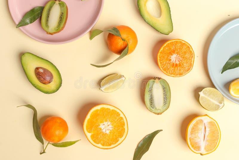 在ligth黄色背景-与薄荷叶的被分类的柑橘水果的柑橘食物 顶视图 库存图片