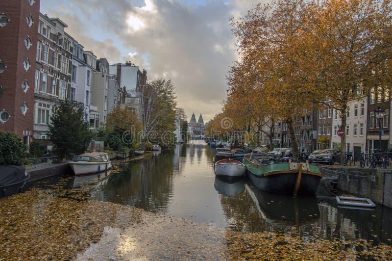在Lijnsbaangracht运河的看法秋天阿姆斯特丹荷兰2018年 库存照片