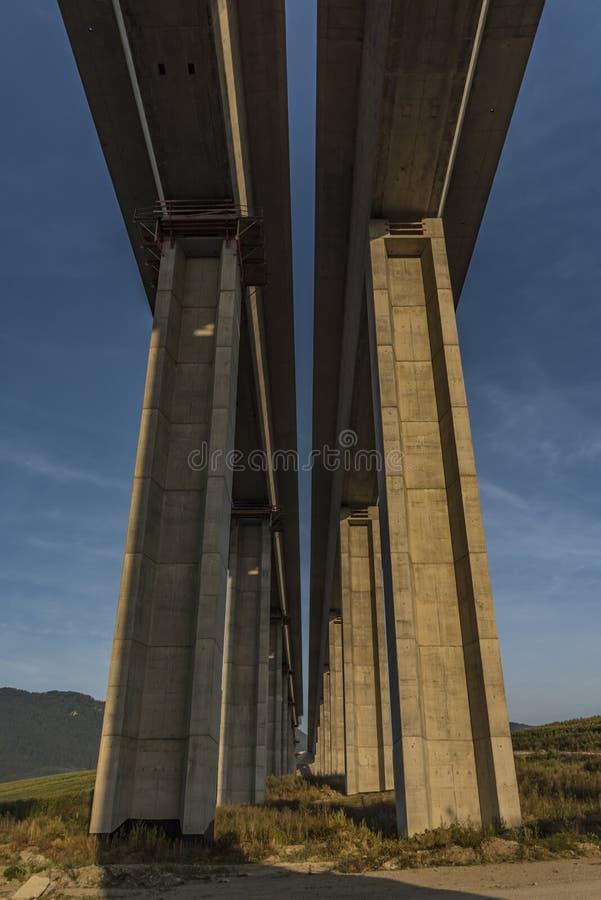 在Likavka村庄附近的高速公路桥梁 库存照片