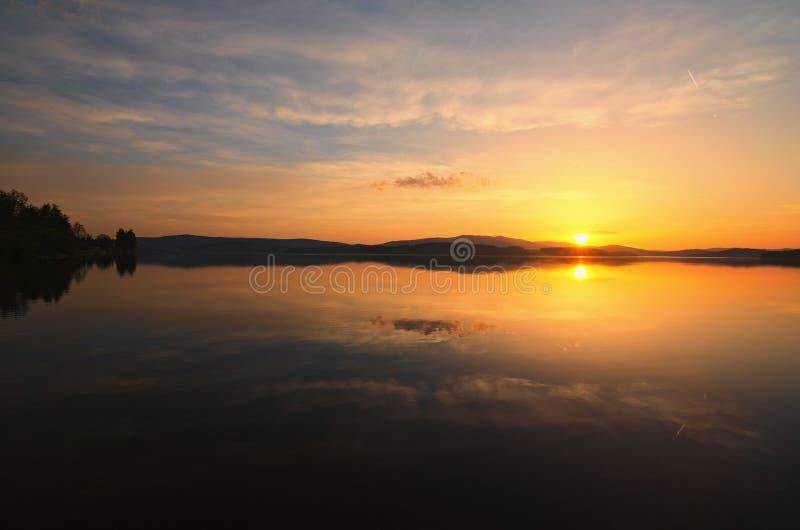 在Lipno Dam湖的惊人的日落 春天晚上 cesky捷克krumlov中世纪老共和国城镇视图 免版税库存照片