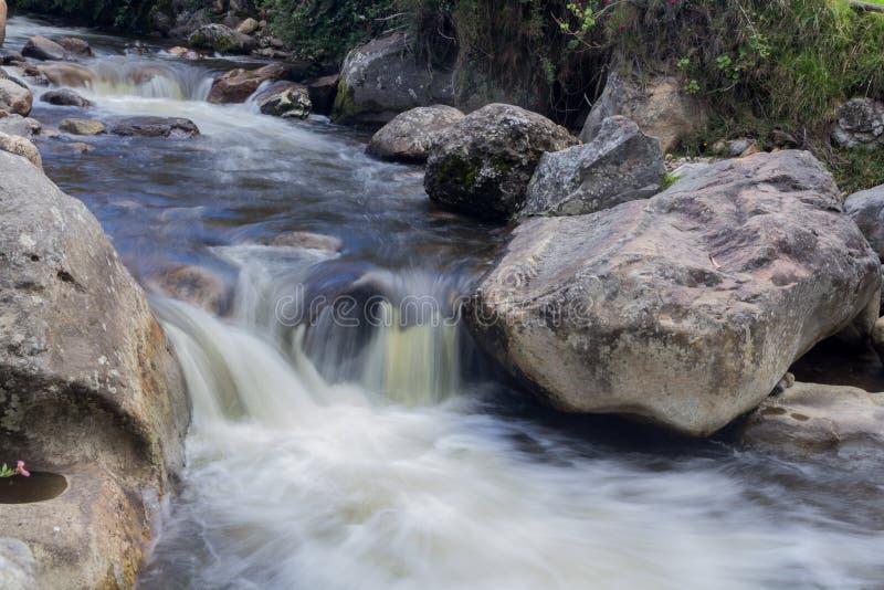 在litle瀑布的岩石 免版税库存图片