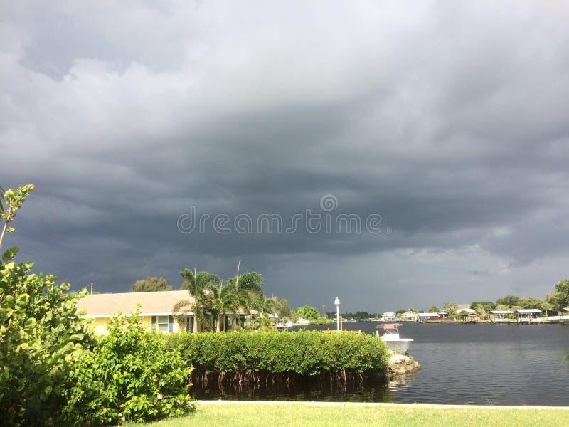 在Little Manatee河的风雨如磐的天空 免版税库存照片