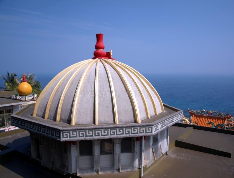 俯视海的中国寺庙 免版税库存照片